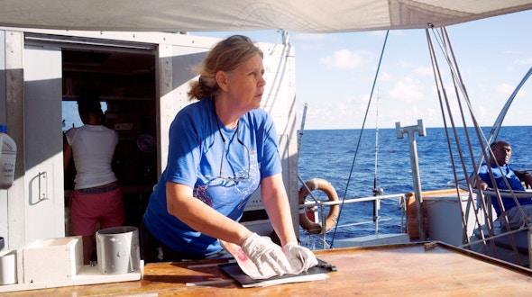 Traversée du Pacifique Nord de Honolulu - Hawaï à Portland - Oregon à travers le Great Pacifique Garbage Patch.Maria Luiza Pedrotti, spécialiste du plastique à l'Observatoire Océanologique de Villefranche-sur-Mer, chief scientifique pour ce leg Hawaii - Portland, prépare son matériel.
